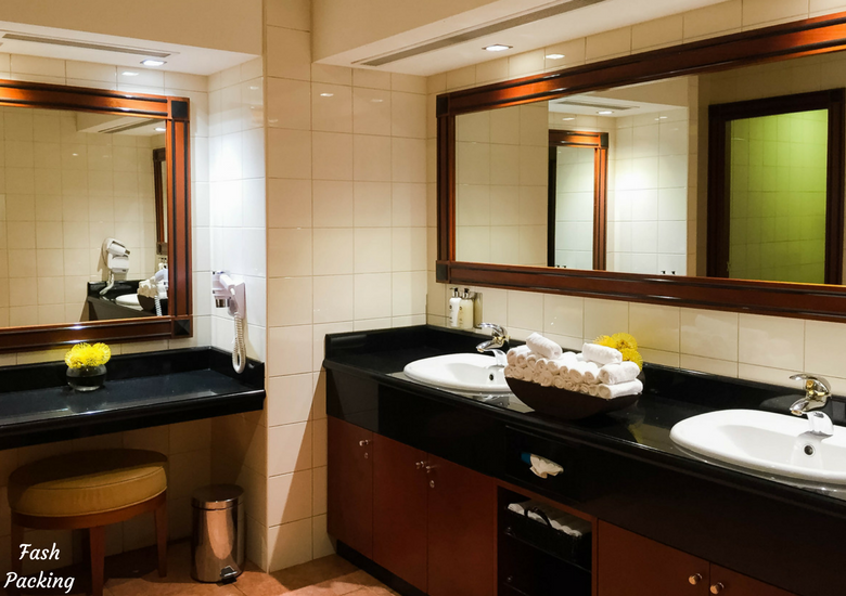 Fash Packing: Emirates Lounge Sydney International Airport Review - Bathroom