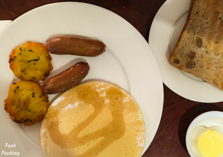 Fash Packing: Emirates Lounge Sydney International Airport Review - Hot Breakfast